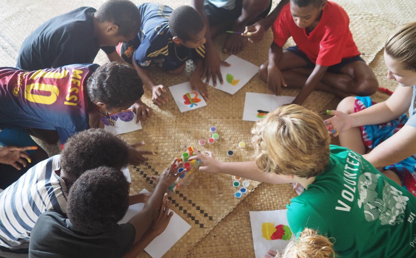 En Projects Abroad volontär spelar lärande spel med barn på en förskola, istället för att volontärarbeta på ett barnhem utomlands.